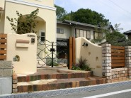 塗り壁と煉瓦でナチュラルな門回り|クローズスタイル 姫路市M様邸1