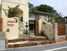 塗り壁と煉瓦でナチュラルな門回り クローズスタイル 姫路市M様邸1