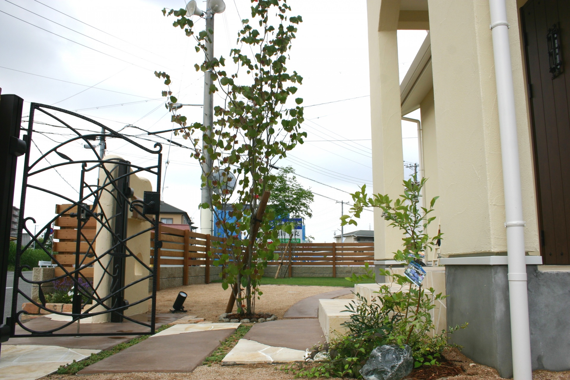 創作的なナチュラルなお庭アプローチ周り 姫路市M様邸