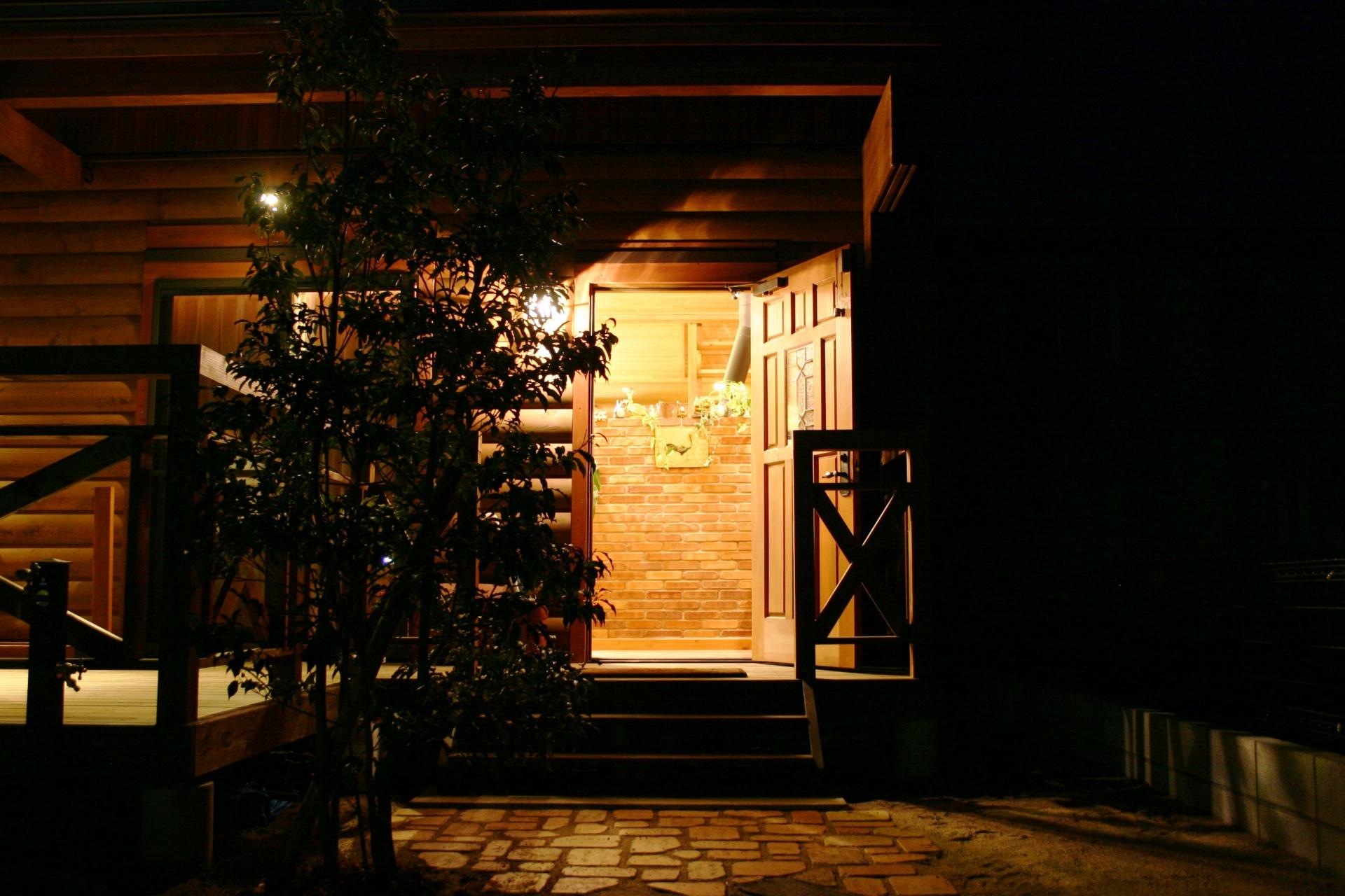 ログハウスのお庭 たつの市P様邸 扉を開けるとレンガウォールに遊び心