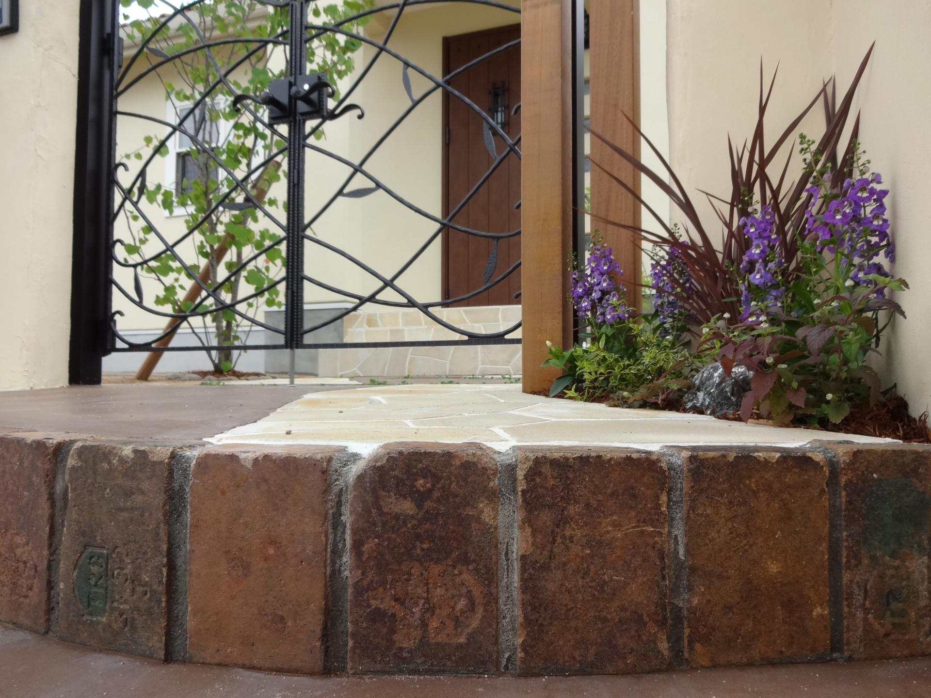 創作的なナチュラルなお庭アンティーク風なアプローチデザイン 姫路市M様邸
