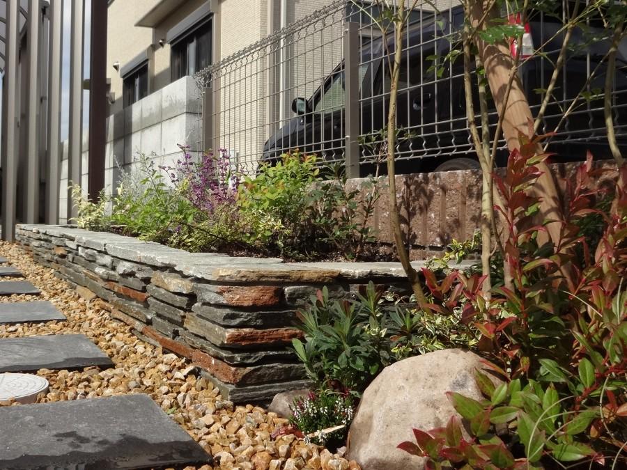 自然石コバ積み花壇