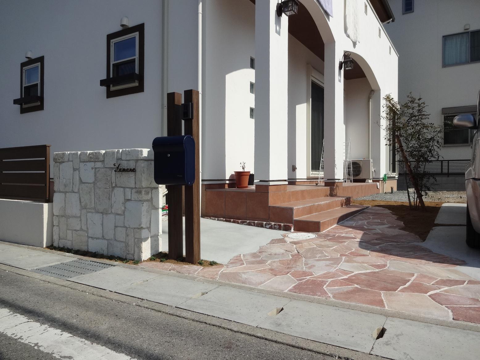 白の異形耐火煉瓦の門柱とピンクの自然石アプローチ たつの市Y様邸