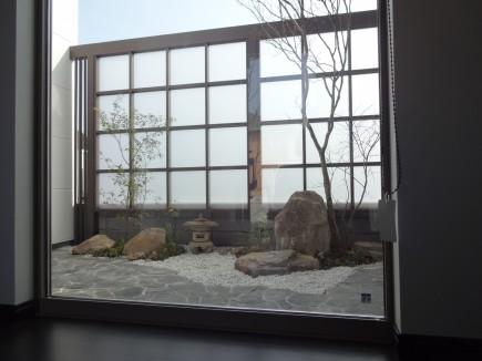 採光スクリーンで坪庭を目隠し 姫路市I様邸2