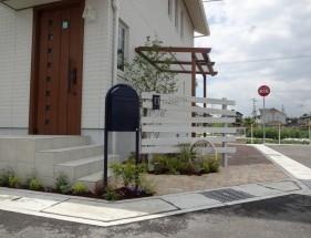 白塗装ウリンフェンスとボビポスト 姫路市K様邸1