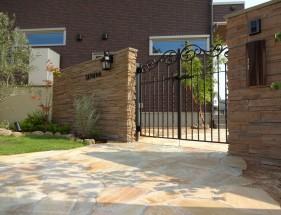 石目調タイルとアイアン門扉で上品な門回り たつの市T様邸1