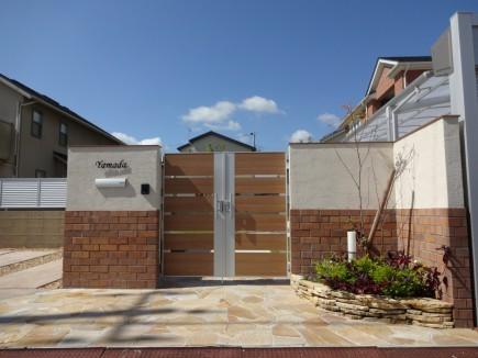 建物と統一感のある門回り|レンガタイル張り 姫路市Y様邸4