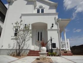 ピンコロで縁取られた白の自然石アプローチ 姫路市N様邸2