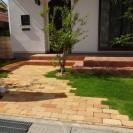 シンボルツリーを交わすアンティークレンガアプローチ