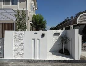 白で統一されたシンプルで上品な門回り セミクローズ仕様 上郡町M様邸1