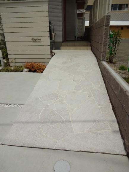 白と緑でシンプルガーデン 白の自然石アプローチ 姫路市K様邸3