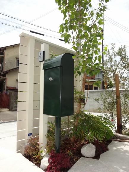 白と緑でシンプルガーデン 白の自然石アプローチ 姫路市K様邸4