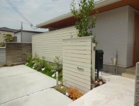 白と緑でシンプルガーデン 白の自然石アプローチ 姫路市K様邸1