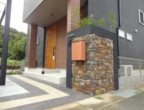建物と調和した石張り門柱 たつの市N様邸1