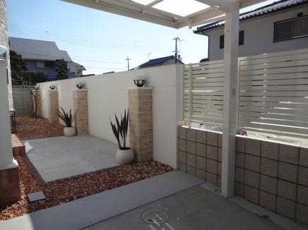 白で統一された洋風住宅に合ったお庭 姫路市N様邸全景