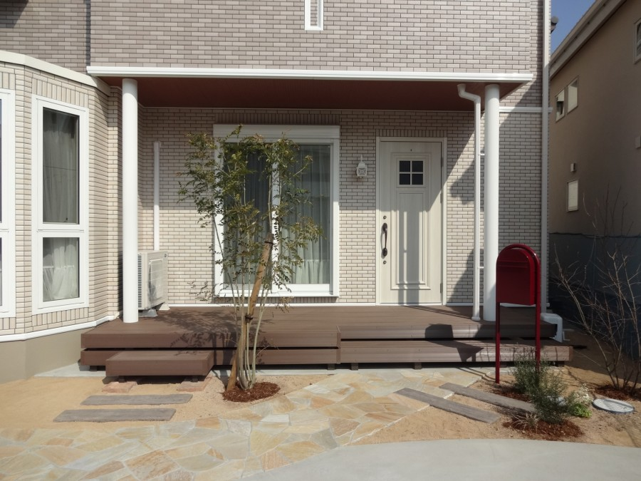 玄関ポーチとリビングを繋ぐウッドデッキLIXIL樹ら楽ステージ木彫1