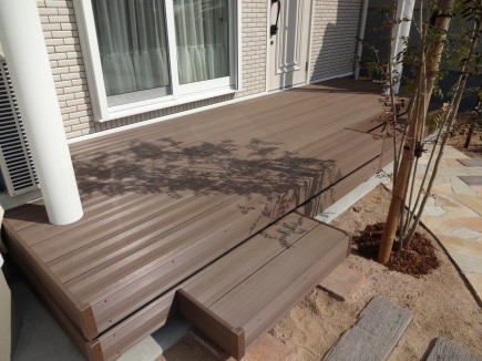玄関ポーチとリビングを繋ぐウッドデッキLIXIL樹ら楽ステージ木彫2