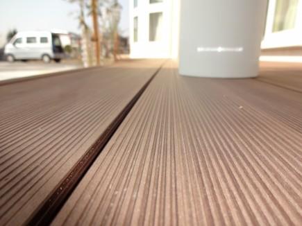 玄関ポーチとリビングを繋ぐウッドデッキLIXIL樹ら楽ステージ木彫3