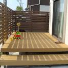ガーデンとリビングをつなぐ人工木デッキ