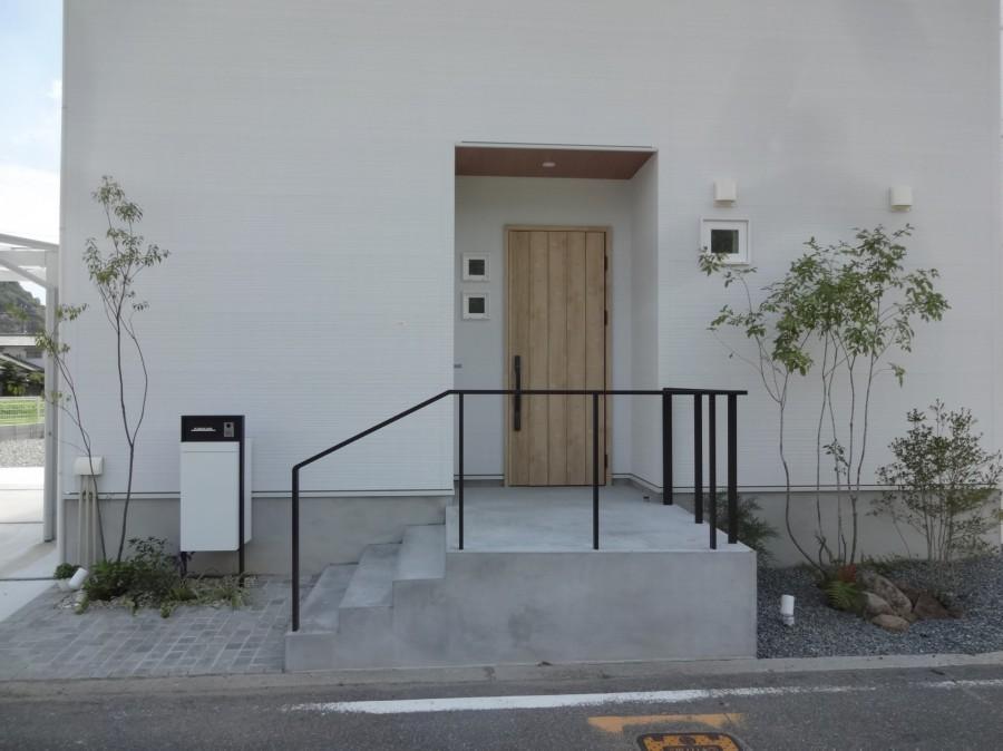 雑木の陰影が美しい玄関周り 太子町K様邸