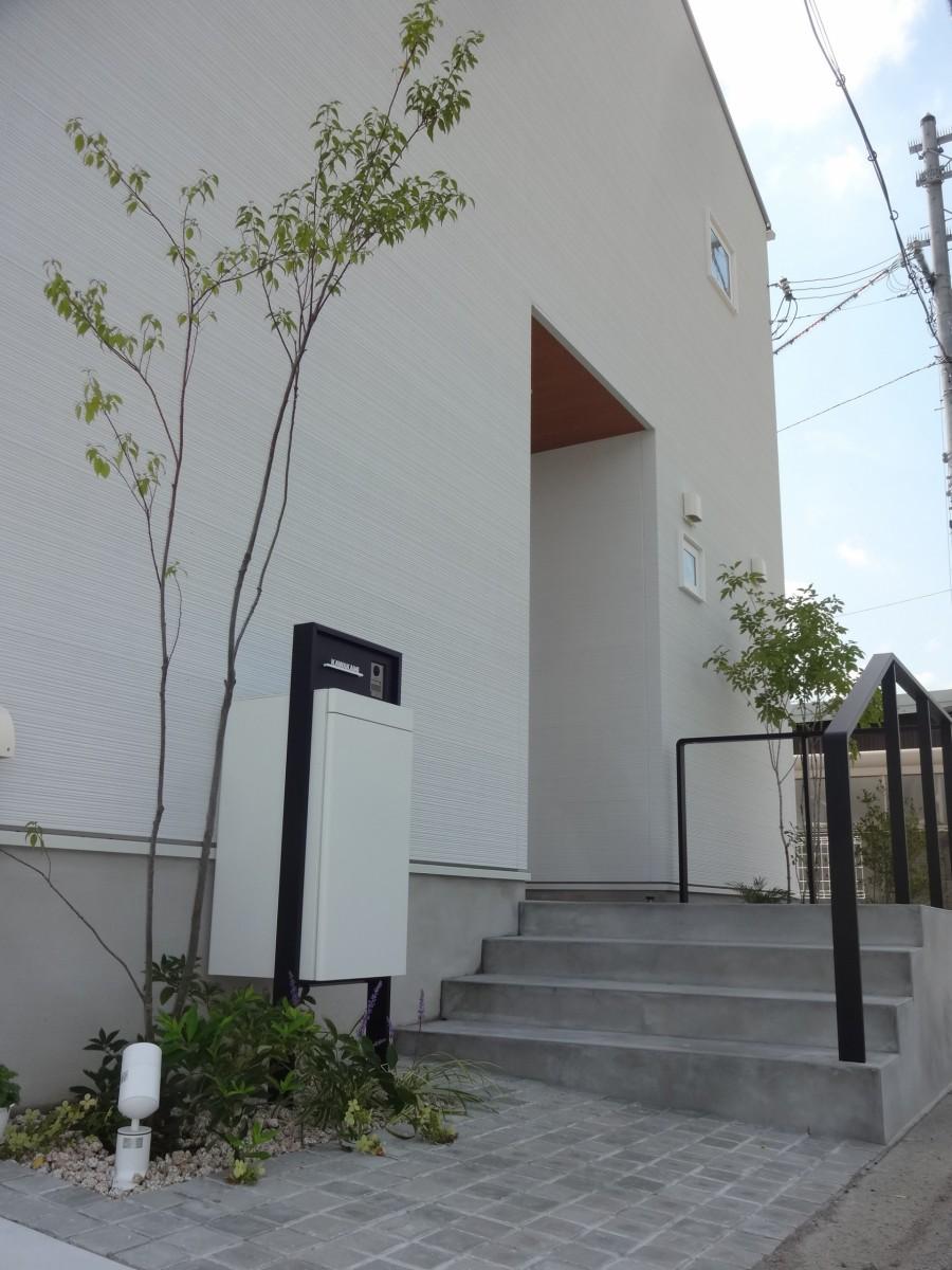 雑木の陰影が美しい玄関周り 太子町K様邸モルタルステップ