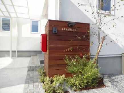 天然木ならではの木目が美しいウリン材板塀