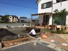 太子町M様邸ガーデン工事枕木敷き