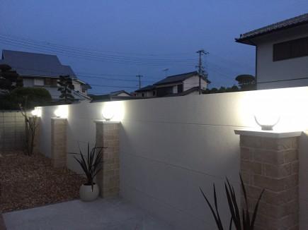 白で統一された洋風住宅に合ったお庭 姫路市N様邸夜ライトアップ