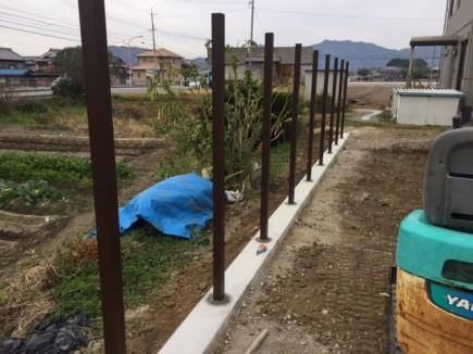 たつの市I様邸ガーデン工事 目隠しフェンス柱立て2