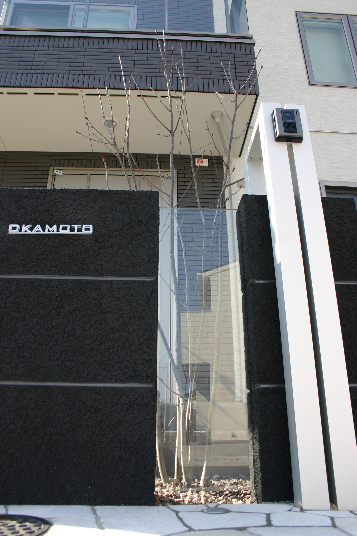 黒壁とガラスの組合わせの門柱デザイン 姫路市O様邸