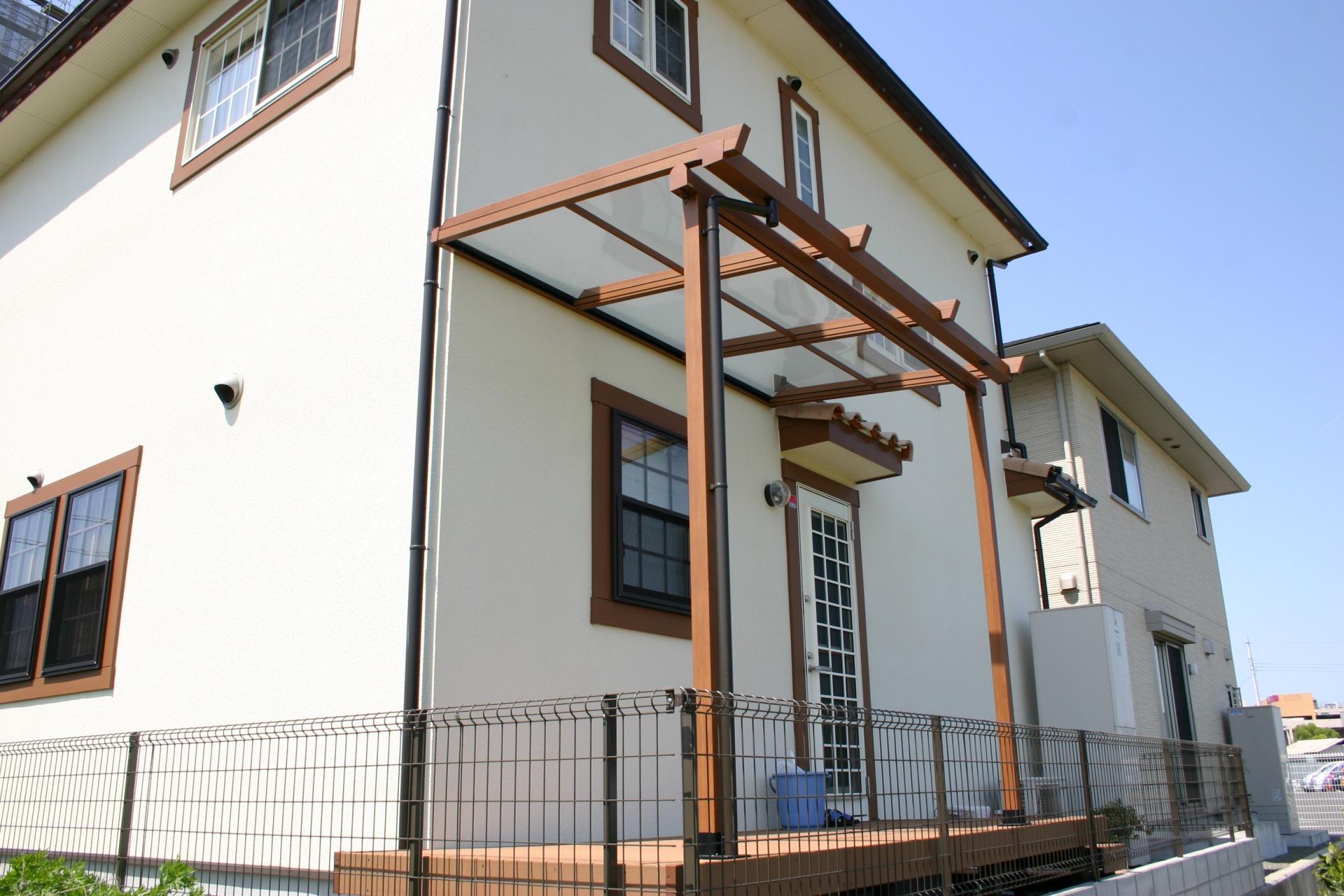 おしゃれなテラス屋根とウッドデッキ 姫路市N様邸エクステリア工事