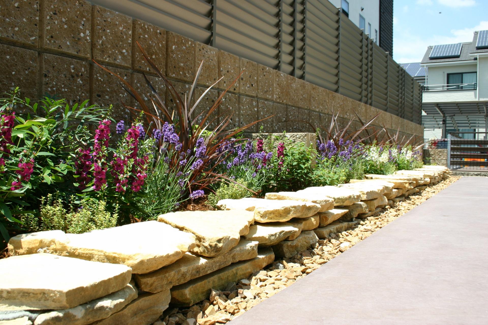 使い勝手の良い緑溢れるお庭 たつの市F様邸ライムストーンコバ積み花壇