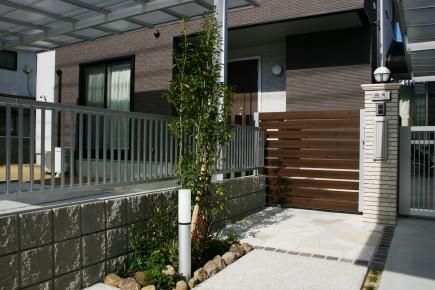 木目でアクセントのある門回り 姫路市F様邸3