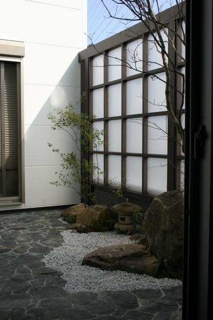 採光スクリーンで坪庭を目隠し 姫路市I様邸3
