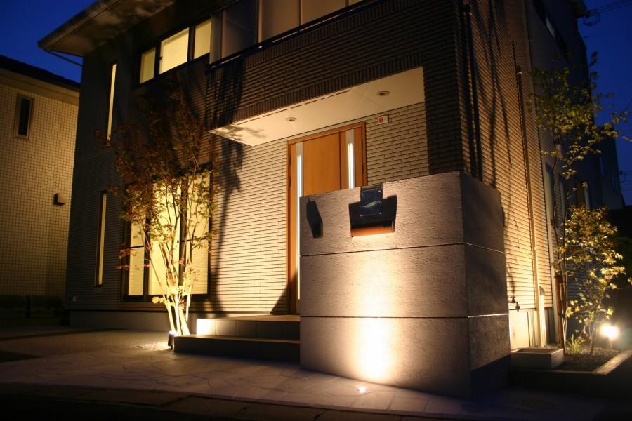 植木の陰影が美しいライトアップ 姫路市A様邸門回り