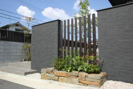 建物との対比が美しい上品な門回り 加古川市S様邸門回り4