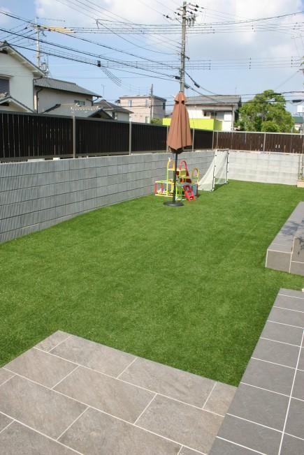 門扉を開けると広がる真っ青な人工芝のあるお庭 加古川市S様邸