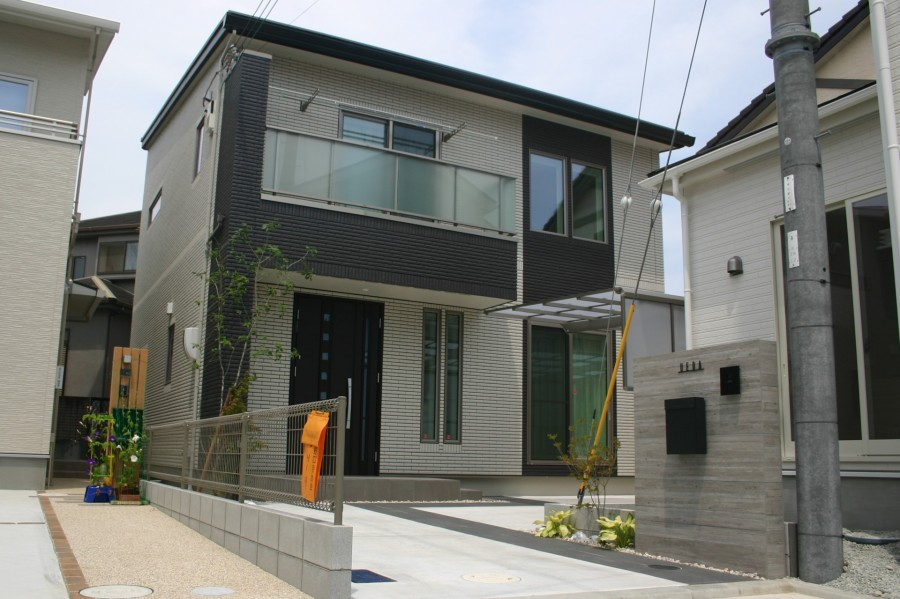 シンプルモダン|RC杉板風タイルで迫力ある門回り 加古川市U様邸全景