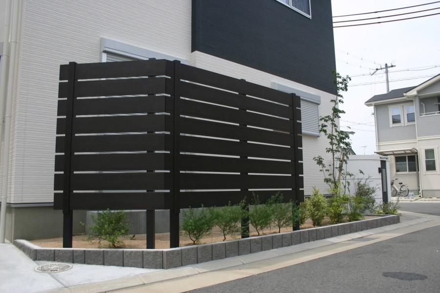 建物と調和した白と黒のモダンエクステリア 加古川市N様邸ディーズガーデン アルファウッド横張りフェンス