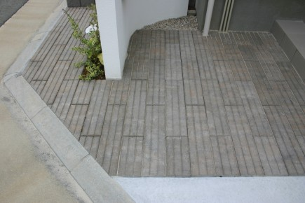 建物と調和した白と黒のモダンエクステリア 加古川市N様邸ユニソン:リビオスリット