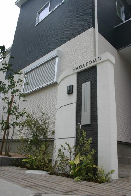 建物と調和した白と黒のモダンエクステリア 加古川市N様邸LIXILセラヴィオS張り門柱