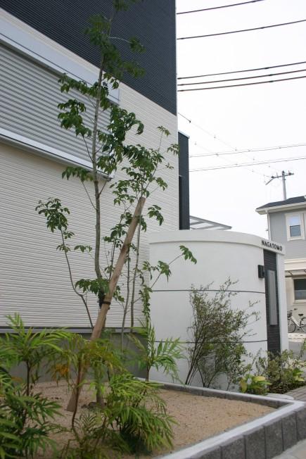 建物と調和した白と黒のモダンエクステリア 加古川市N様邸アオダモ ビルベリー