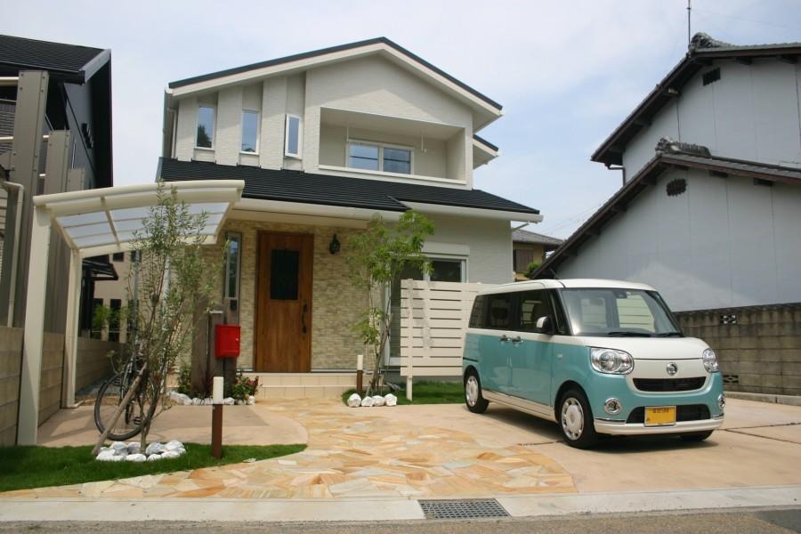 奥行き感のある流れる様な自然石アプローチ 加古川市F様邸全景1
