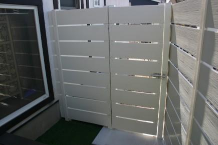 アルファウッド材で作製したオリジナル門扉1