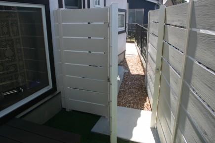アルファウッド材で作製したオリジナル門扉2