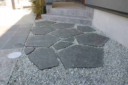 大判自然石を使用したアプローチ