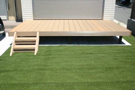 RC杉板風タイル張り門柱とモミジ 姫路市N様邸樹ら楽ステージ木彫デッキ1