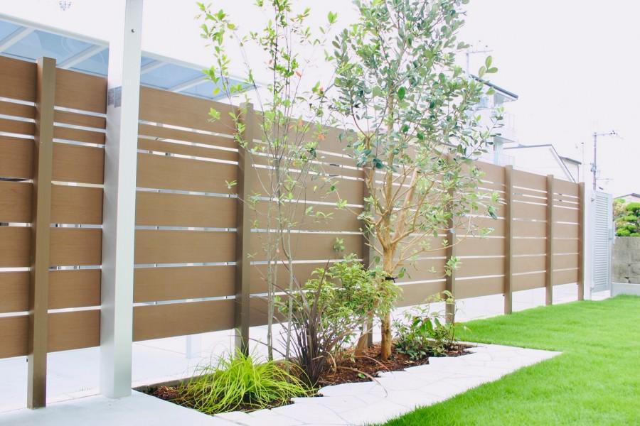 高低差を芝生法面で解消 アルファウッドフェンスを背景に植栽スペース 赤穂市K様