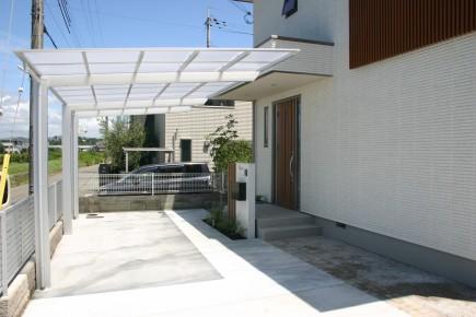 建物と統一感のある木目スリットデザイン 姫路市S様邸カーポートネスカ