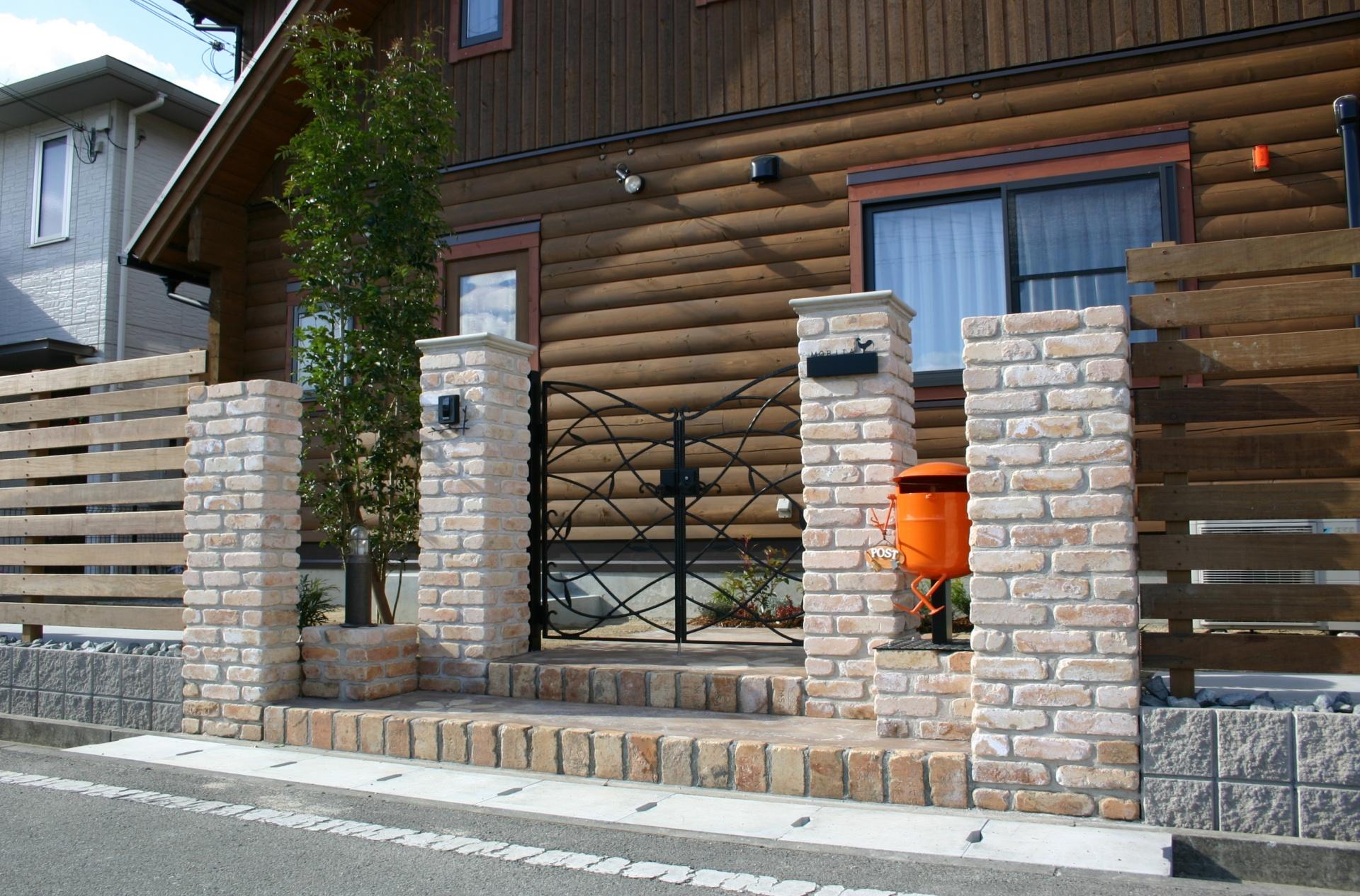 ログハウスのお庭 たつの市P様邸 耐火煉瓦の門周り